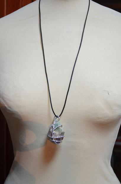Design + Entwurf: Zeitzeugen-Manufactur. Anhänger mit Lederband. Ein Einzelstück in Handarbeit gefertigt aus gehämmerten Aludraht und einem echten Stein. Preis: 10,00 €