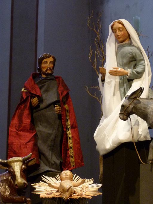 Der heilige Joseph mit rotem Mantel, als Zeichen dass er aus dem Hause Davids ist ((Milieukrippe Lyskirchen Foto Matthias Schnegg, Gestaltung Benjamin Marx)