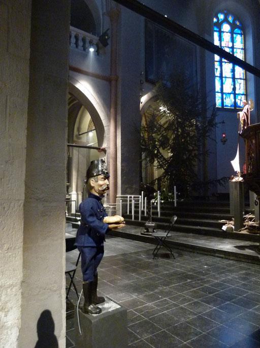 Der Schutzmann in der Krippe achtet auf die AHA-Regeln (Milieukrippe Sankt Maria Lyskirchen, Idee und Konzeption: Benjamin Marx, Foto: Matthias Schnegg)