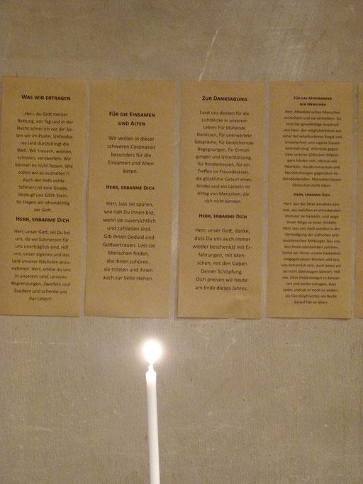 Die Fürbitten aus der Jahresabschlussmesse zum Gedenken in der Krippe  (Milieukrippe Sankt Maria Lyskirchen, Idee und Konzeption: Benjamin Marx, Foto: Matthias Schnegg)