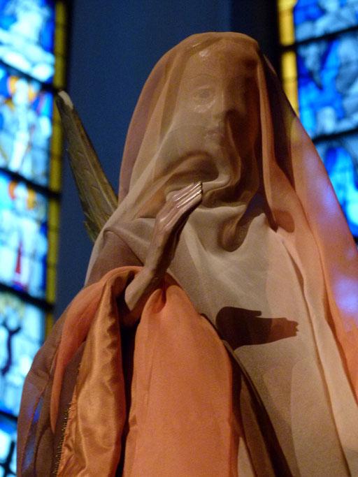 Siehe: Die Jungfrau wird empfangen und einen Sohn gebären und sie werden ihm den Namen Immanuel geben, das heißt übersetzt: Gott mit uns.