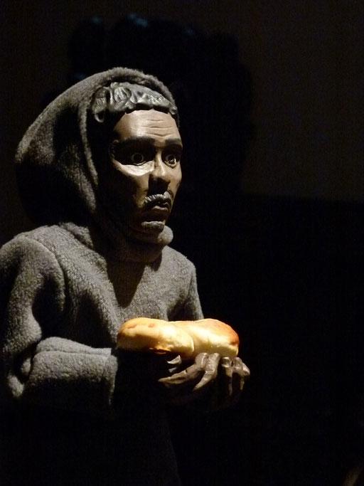 David, der Flüchtling aus Eritrea lebt in Berlin und gehört neben Crina zu den beiden Figuren, die noch leben (Milieukrippe Sankt Maria Lyskirchen, Idee und Konzeption: Benjamin Marx, Foto: Matthias Schnegg)