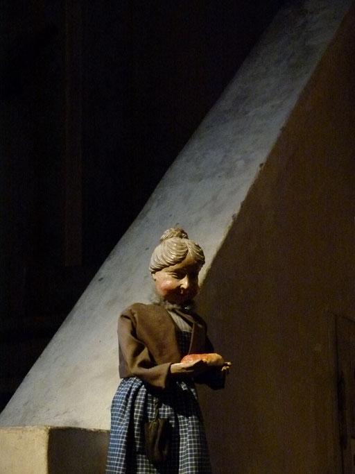 """Die Marktfrau bestaunt die Brezel, oder """"waren die früher nicht größer?""""(Milieukrippe Sankt Maria Lyskirchen, Idee und Konzeption: Benjamin Marx, Foto: Matthias Schnegg)"""