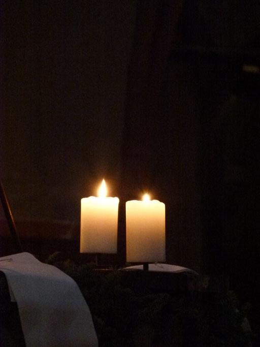 Zwei von acht Kerzen des Festkranzes während der Weihnachtsoktav ...(Milieukrippe Sankt Maria Lyskirchen, Idee und Konzeption: Benjamin Marx, Foto: Matthias Schnegg).