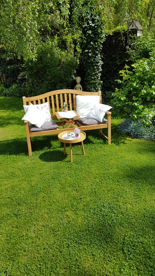 Der Garten ist grün und lädt zum verweilen ein...Möchten Sie Platz nehmen?
