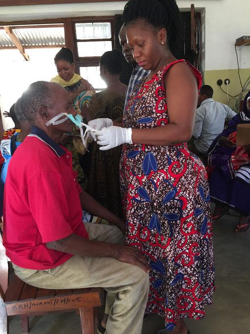Eye Nurse Yasinta beim Verbinden
