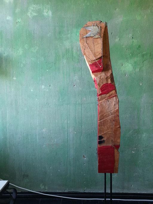 """""""Marabu"""" Ansicht """"vorn"""" (95/21 Holz, Stahl, Öl, Lippenstift  H: 130cm, mit Stahlfuss 180cm)"""