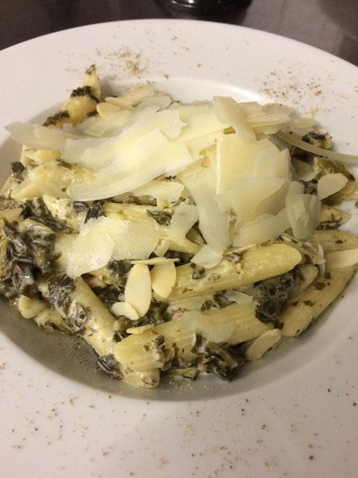 ...mit Pasta, Speck, Sahne, Mandeln und Parmesan