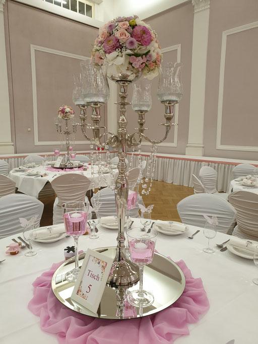 Kerzenständer mit Blumengesteck rose`