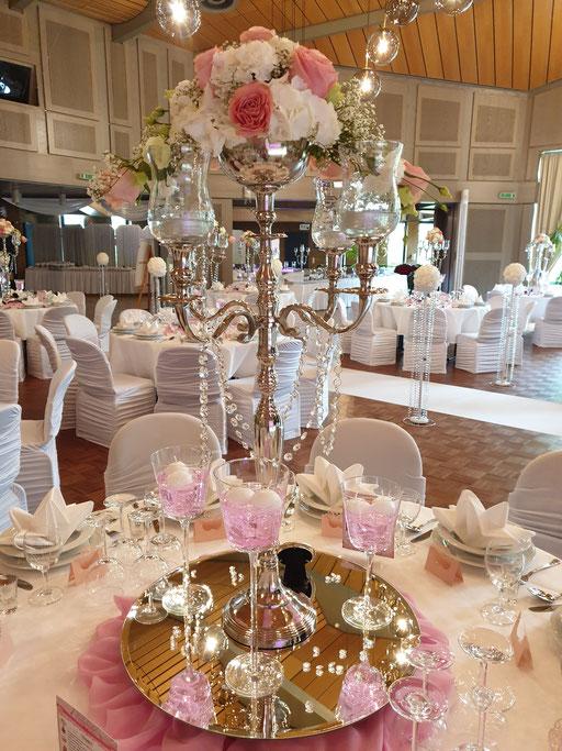 Kerzenständer mit Blumengesteck Hortensien Rosen