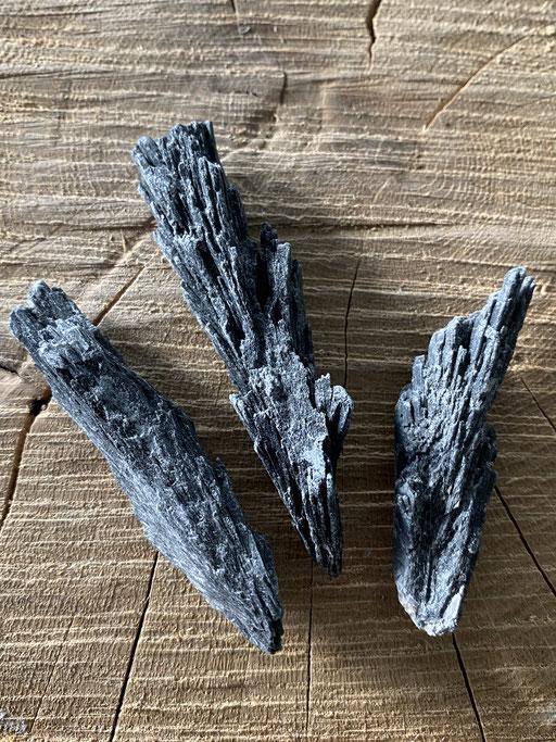 Cyanite noire  Nimalaé Lithothérapie et boutique de minéraux