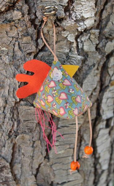 2- Poulette porte clés : tissus coton, corde coton, cuir, perles bois, taille 7 cm ht * 6 cm L (sans les pattes et la queue) : 12 €