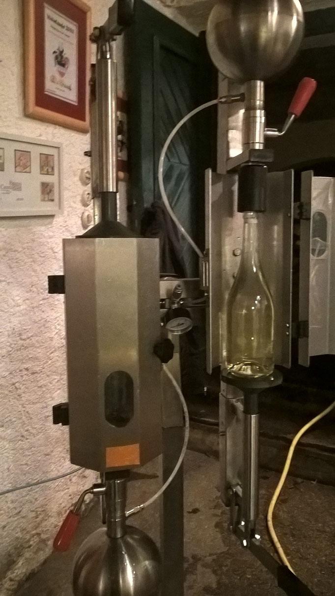 Dann Umfüllung der Flaschen in Spezialfüller für Frizzante - mit Stahlkugeln die unter 2,5bar CO2 Druck stehen