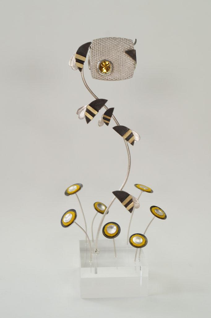 """""""Bee to be"""" : Objekt und Kettenanhänger aus Silber, Gold, Beryll und Filz      980,-€"""