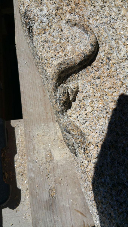 lézard en granit relief sur pierre