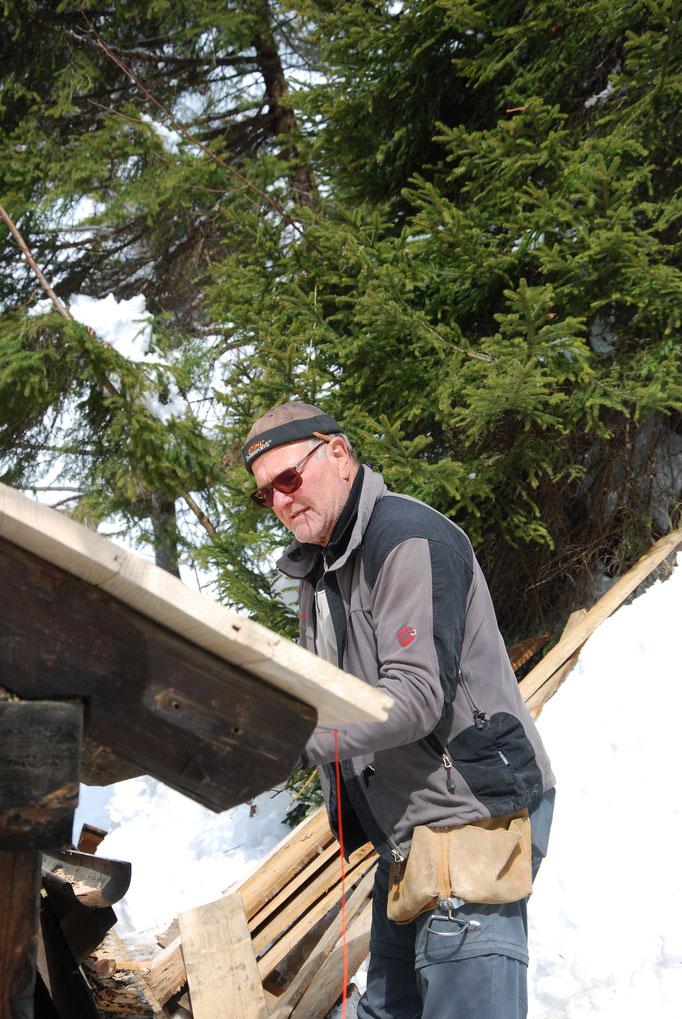 Senior auf der Baustelle