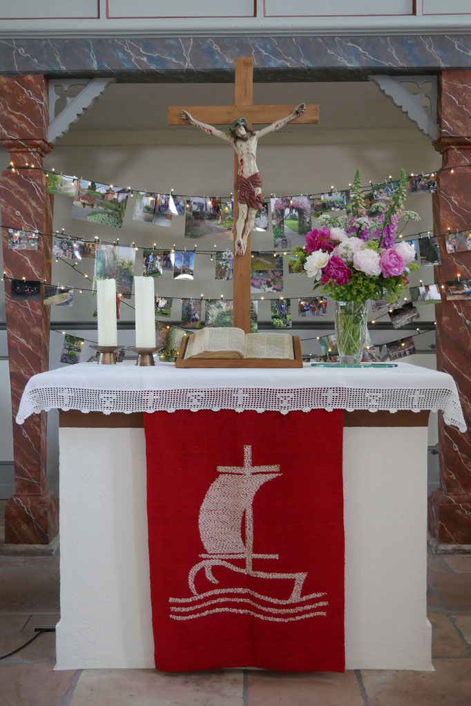 Altar mit Fotoausstellung