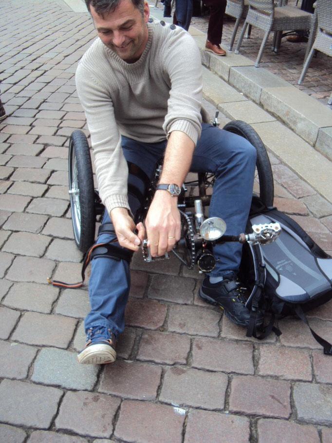 Es funktioniert, Alex packt seine Sachen für die Heimfahrt.