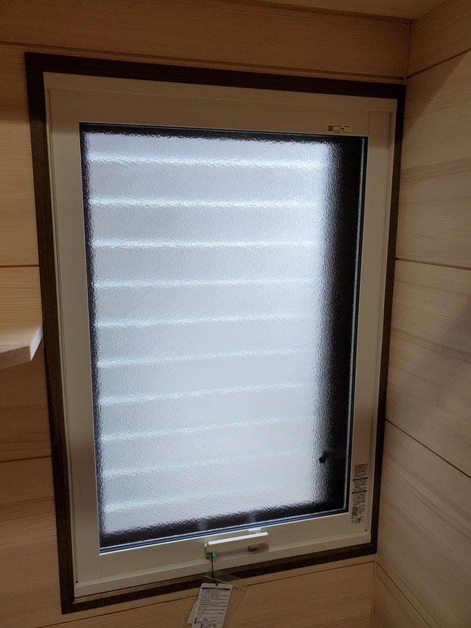 ガラスルーバー窓、通称「ジャロジー」 内窓はケンドン(上げ下げ)式のはめ殺し はめ込んだ状態