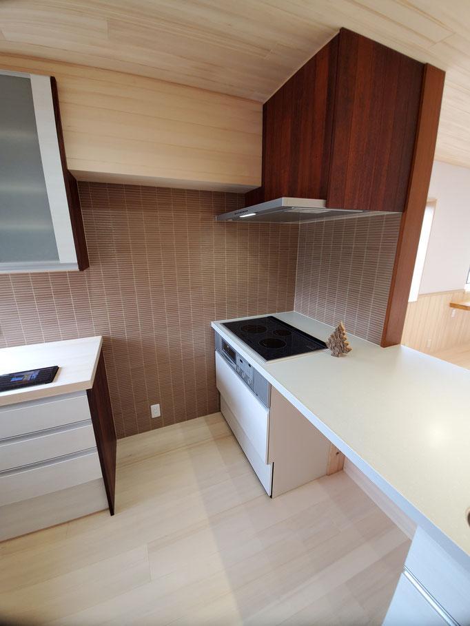 コーナー設置のキッチンは収納に無駄が多くなるのであえて「I型」です