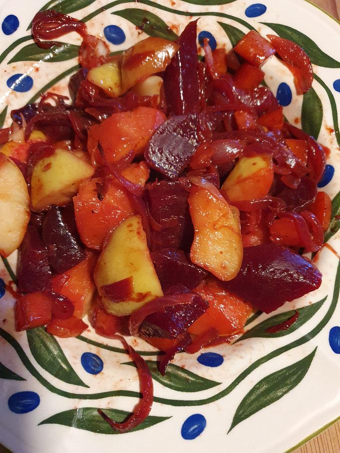 Bunte Gemüsepfanne mit Winteräpfeln