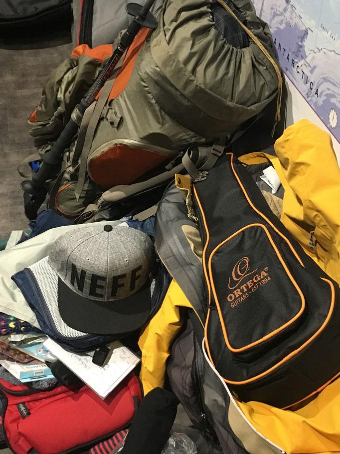 1 x Snowboardbag pro Person / 1 x 65 Liter Rucksack pro Person /  1 x Ukulele