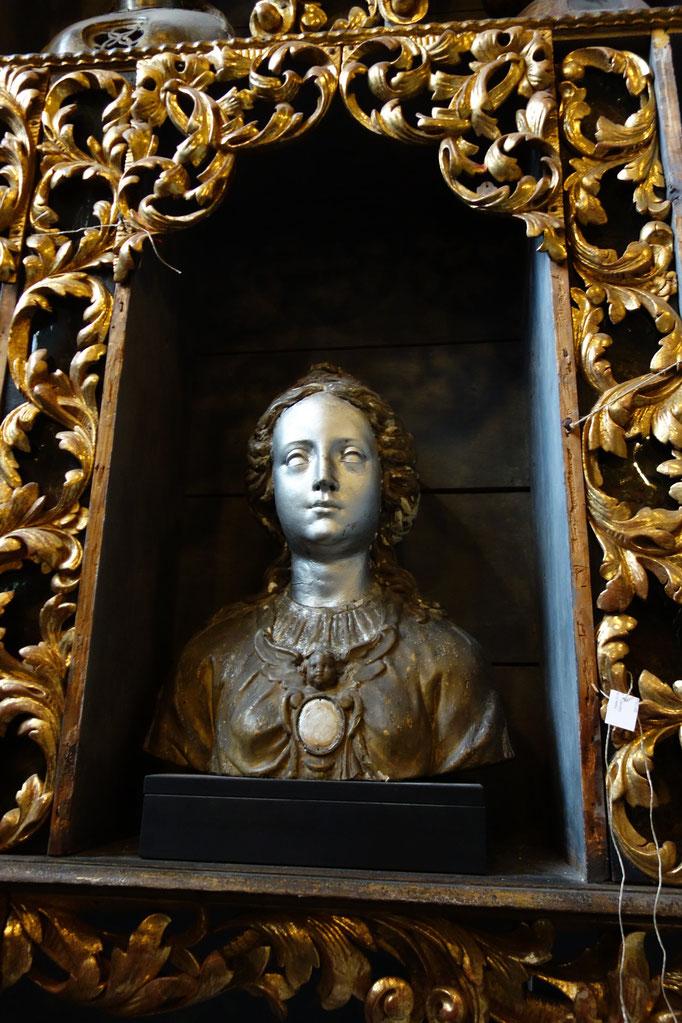 Uno di 122 busti reliquari nella camera d'oro