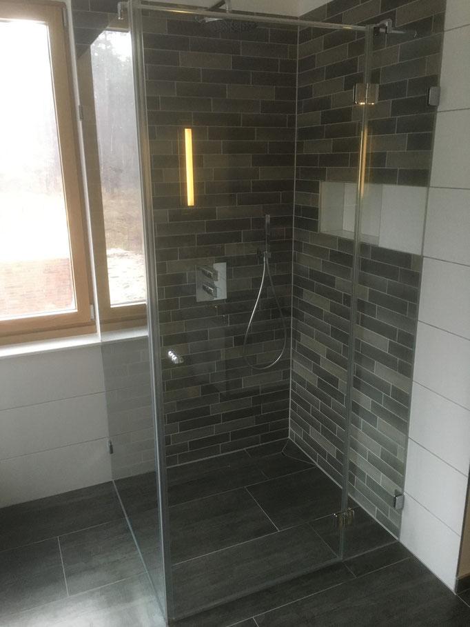 Duschabtrennung mit 1 großen Festfeld und 1 Festfeld mit Duschtür auf 90°