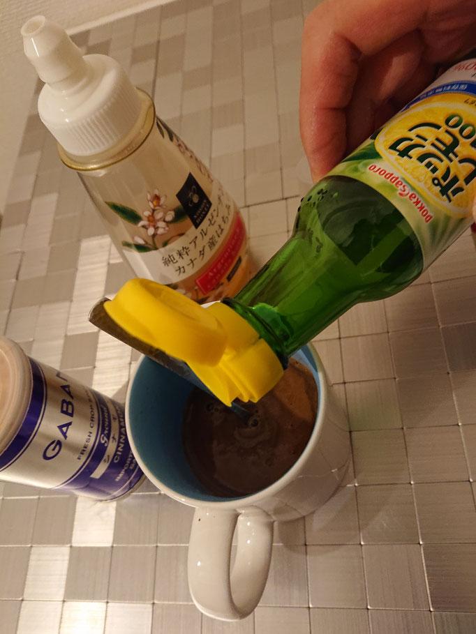 お湯を入れて少し混ぜてからポッカレモンを入れます。(適量)味見してすっぱかったらはちみつを足します。
