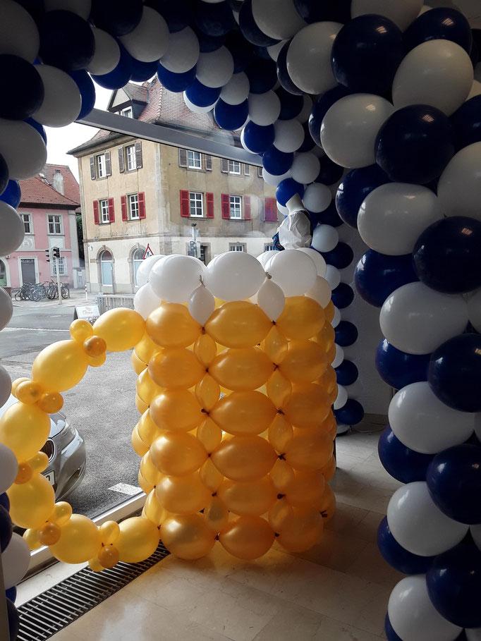 Bayrische Luftballondekoration zum Oktoberfest. Hier mit Bierkrug und Ballonbogen.