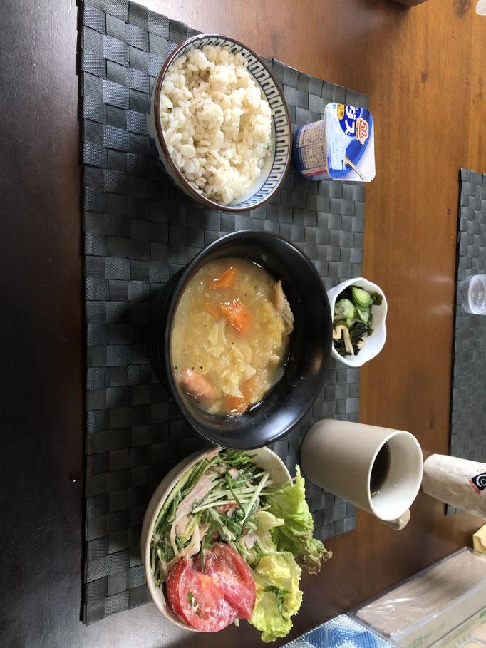 4月10日金曜日、Ohana朝食「ポトフ(人参、さつまいも、玉ねぎ、ウインナー)、サラダ(水菜、レタス、トマト、ツナ、ハム)、酢の物(わかめ、きゅうり、カニカマ)、ヨーグルト」