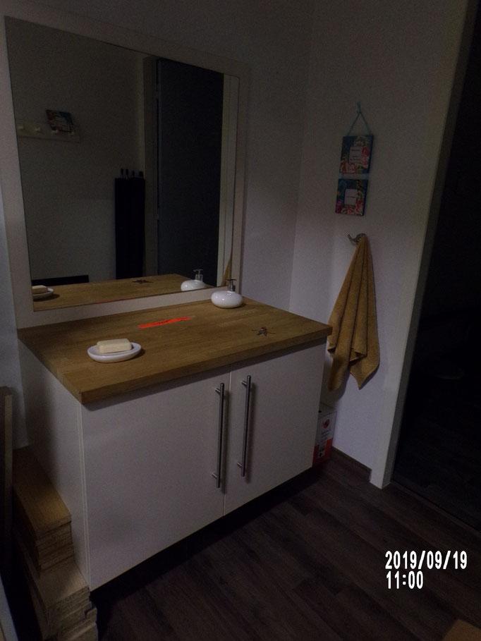 Meuble bas de salle de bains sur piétement, 2 vtx stratifié, plateau en chêne massif lamellé collé, - 40% 432.00 € HT