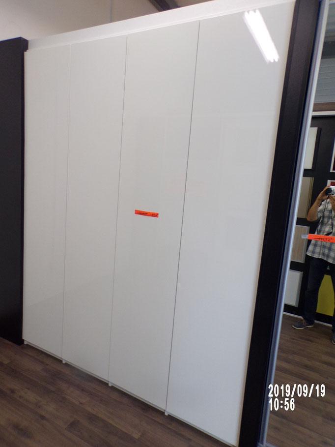 Placard à la française, 4 vtx, portes stratifiées, ouverture par tip on, aménagement intérieur penderie et étagères, - 40%  895 € HT