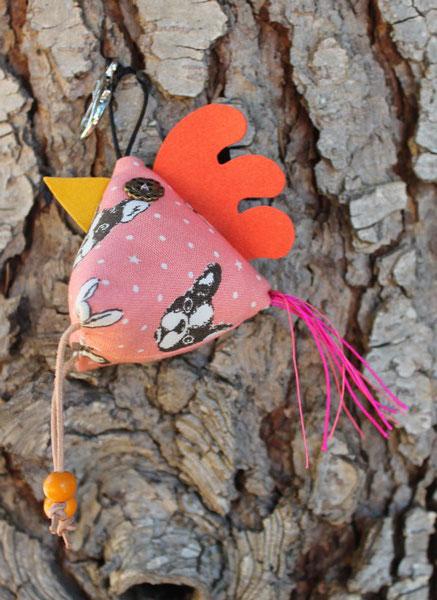 5- Poulette porte clés : tissus coton, corde coton, cuir, perles bois, boutons plastiques, taille 7 cm ht * 6 cm L (sans les pattes et la queue) : 12 €