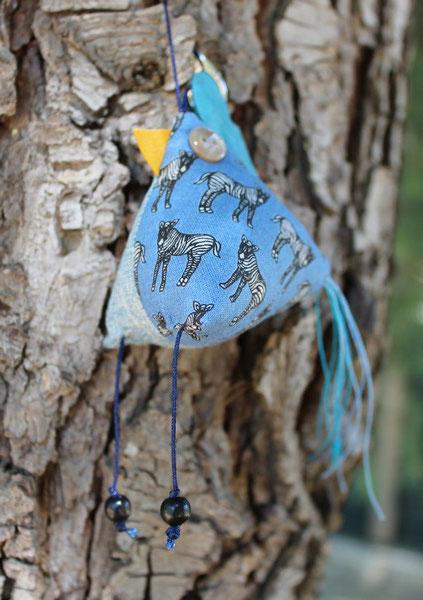 4- Poulette porte clés : tissus coton, corde coton, cuir, perles bois, boutons plastiques, taille 7 cm ht * 6 cm L (sans les pattes et la queue) : 12 €