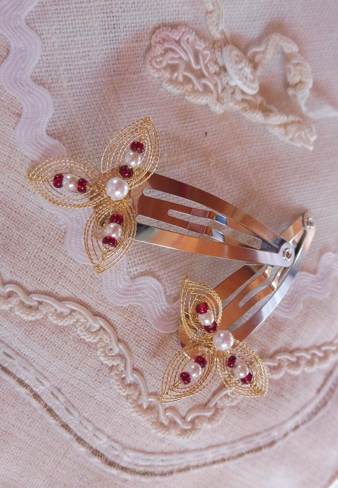 Kundenwunsch: Haarspanngen in gold mit roten und weißen Perlen