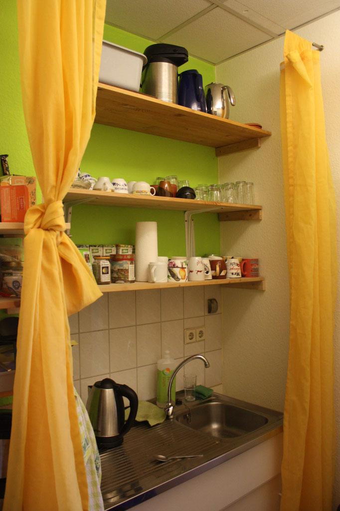 Küchenzeile mit Spüle und Geschirr