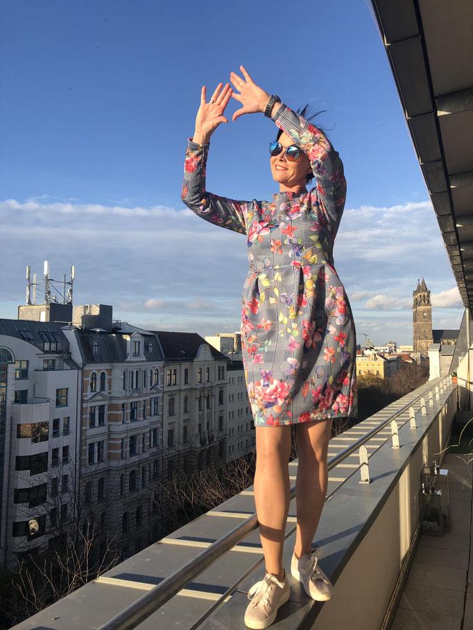 Sportives legeres Kleid mit großen Taschen kunterbunt Gr. M für 85,00 Euro