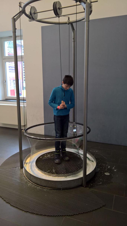 In einer Seifenblase stehen