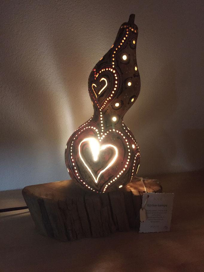 Kürbislampe Nr. 21 'Herzen' mit LED Leuchtkörper (auswechselbar; Gewinde) auf Standfuss aus Schwemmholz, Fr. 149.-