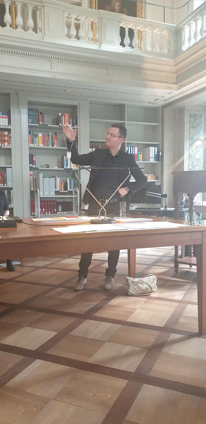 Der Archivar Andreas Barblan erläutert.