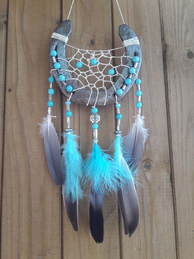 Glücksfänger Sun in Türkis-Silber mit beigem Bindegarn, Keramikperlen, Glasperlen und Metallperlen. Bei den Federn handelt es sich um Taubenfedern und Flauschfedern.