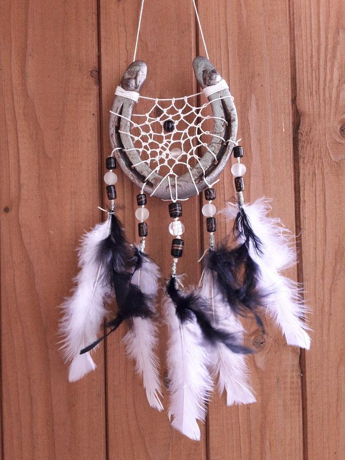 Glücksfänger Sun in Schwarz-Weiß mit weißem gewachstenm Bauwollgarn, Glasperlen und Metallperlen. Bei den Federn handelt es sich um Truthahnfedern und Flauschfedern.