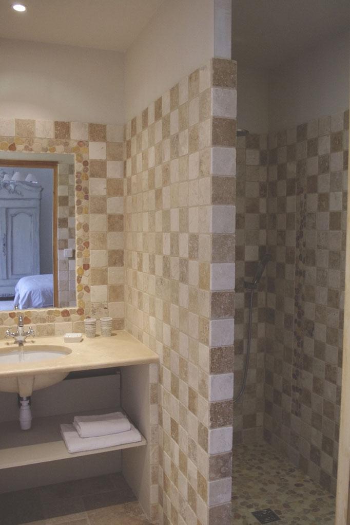 chambre côté verger, la salle de bains avec douche à l'italienne