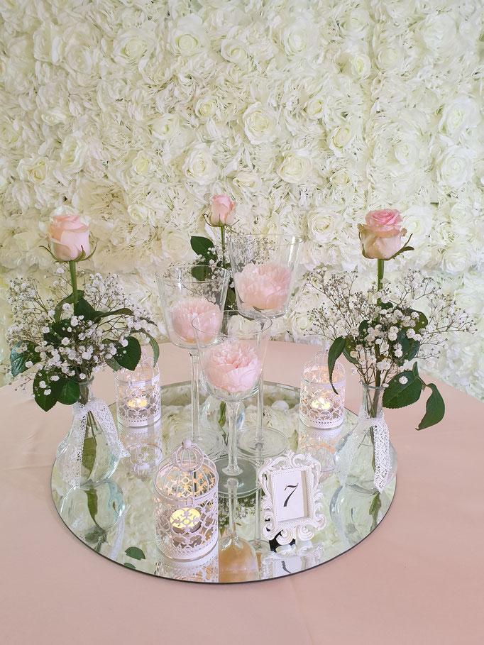 Vintage Dekoration Rosen mit Schleierkraut Vasen mit weißer Spitze