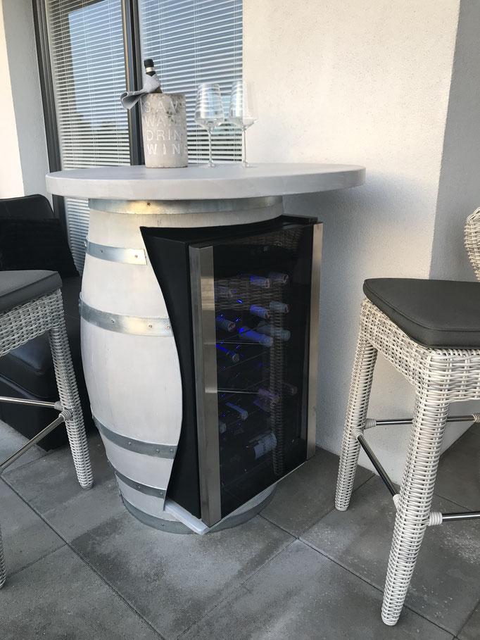 Stehtisch-Fass mit eingebautem Kühlschrank