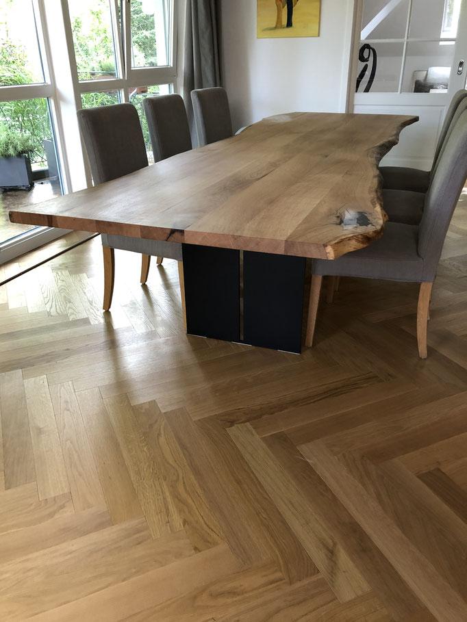 Tischgestell Florenz und Tischplatte aus Eiche mit natürlciher Baumkante