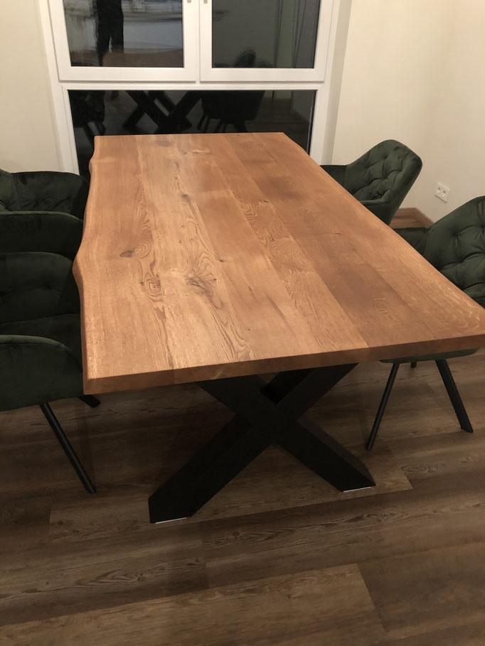 Esstisch aus Massivholz Eiche mit Baumkante
