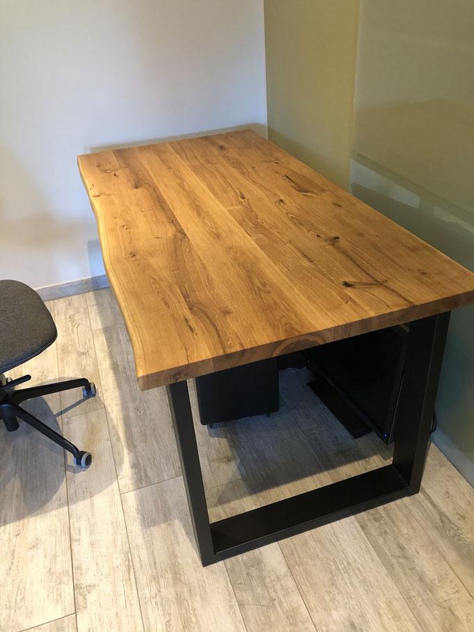 Schreibtisch aus massivholz Eiche mit einseitiger Baumkante