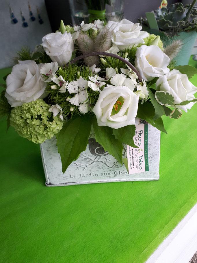 N°) 3 centre de table lisianthus blanc,œillet de poète , viburnum
